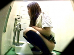 【女子トイレ盗撮】何も知らず音を立てて排泄するJK♡汚◯マニアが撮り溜めた、素人の痴態を逆さ撮りで隠撮の画像