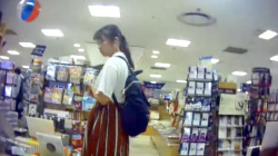 【パンチラ盗撮】某所店で私服姿でショッピングや立ち読みを楽しんでいる女の子♡キャラクター柄のショーツを逆さ撮りで隠撮の画像