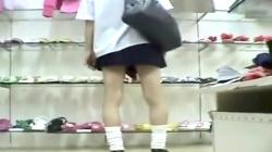 【パンチラ盗撮】アパレルショップで買い物中のJK♡ミニスカにルーズソックスと今風の制服女子の背後から逆さ撮りの画像