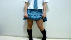 【パンチラ盗撮】これは自撮り?アイドル風な制服女子♡自らスカートめくりる姿を隠撮の画像