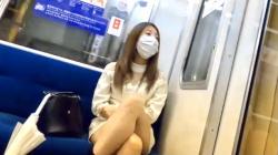 【パンチラ盗撮】駅のベンチで開脚してるお姉さん♡電車に乗り込み盗撮師が対面撮りで隠撮しまくりの画像
