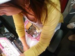 【胸チラ盗撮画像】パチンコで夢中な美人熟女たちの胸チラ盗撮画像の画像