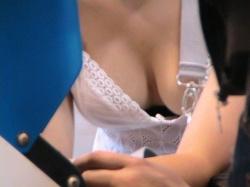 【胸チラ盗撮画像】美人な女子たちの巨乳を覗いちゃおう!の画像