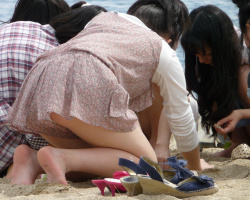 素人達の座りパンチラ盗撮( ^ω^ )可愛いお嬢ちゃんの可愛いパンツを盗撮!の画像