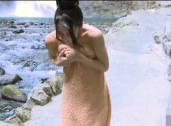 露天風呂でバケツの水をかぶったらタオルがズレ落ちおっぱいがこぼれそうになるハプニング!の画像