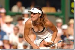 女子テニスプレイヤー、マルチナ・ヒンギスの乳首がもうちょいで見えそうな胸ちらオッパイwwwの画像