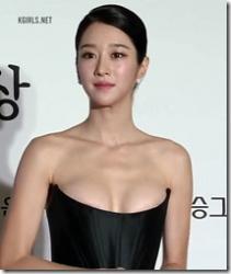 綺麗な韓国女優、ソ・イェジのドレスがずり下がり、ちょっとオッパイポロリしちゃってるセクシーGIFや動画wwwの画像