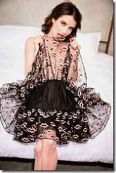女優のエマ・ロバーツの乳首ポロリ画像や服の上から乳首をつままれてるセクシーGIFwwwの画像